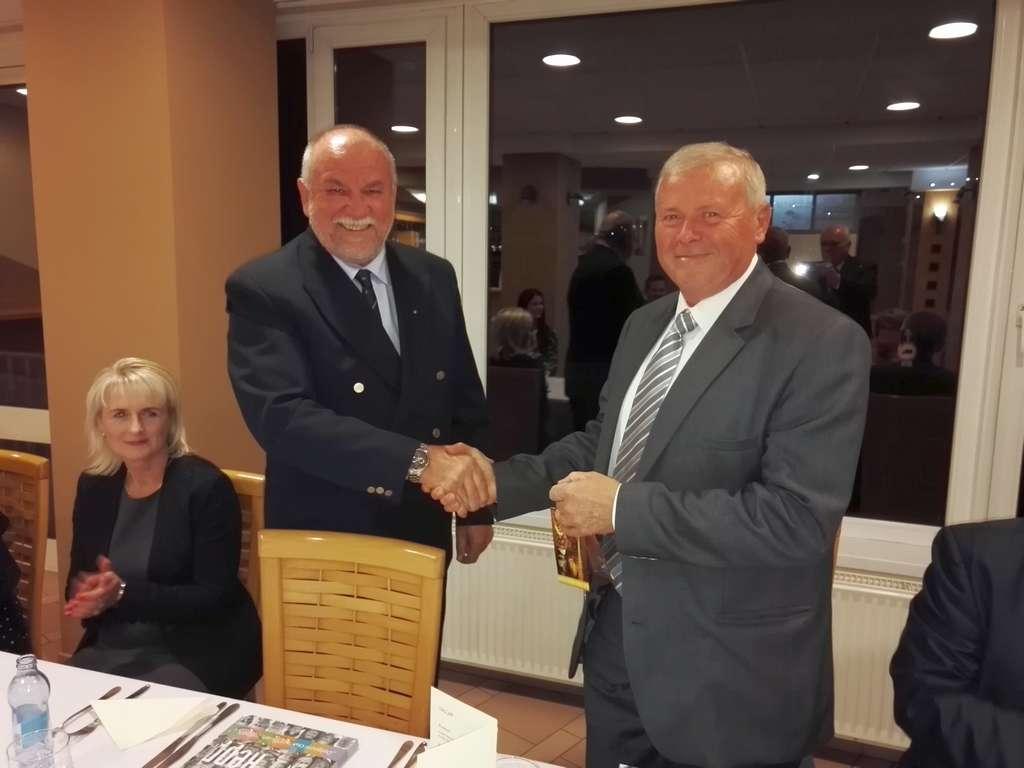 Ambassador Club Pécs - Ambassador Díj 2016 Seres Lásdíjat a kitüntetett Hárs Józsefnekzló (b) átadja a