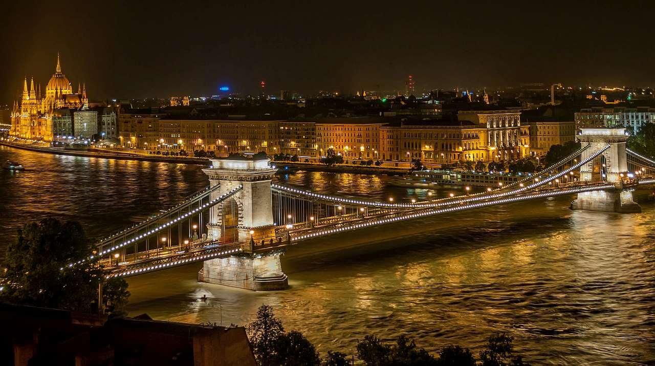 Budapest - Lánchíd esti fényben, háttérben az Országház