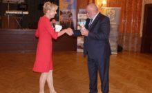Martina Bergami (IAC alelnök) - Seres László (RAC Pécs elnök) - Buddy Bear Berlin a 25 éves Ambassador Club Pécs ajándéka