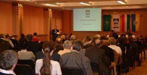 Pécsi Kereskedelmi Központ Zsolnay konferencia terem